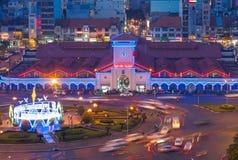 Vista aérea del mercado de Ben Thanh con tráfico cerca cerca en la noche 2015 Foto de archivo