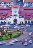 Vista aérea del mercado de Ben Thanh con tráfico cerca cerca en la tarde Imagen de archivo