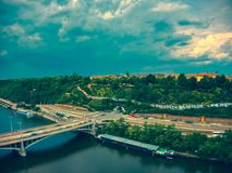 Vista a?rea del metr?nomo al lado del r?o de Moldava imágenes de archivo libres de regalías