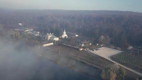 Vista aérea del monasterio cristiano almacen de metraje de vídeo