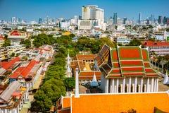 Vista aérea del monasterio de Bangkok y de edificios de oficinas modernos Imagenes de archivo