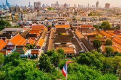 Vista aérea del monasterio de Bangkok y de edificios de oficinas modernos Foto de archivo