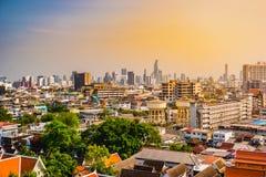 Vista aérea del monasterio de Bangkok y de edificios de oficinas modernos Fotos de archivo libres de regalías