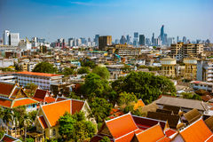 Vista aérea del monasterio de Bangkok y de edificios de oficinas modernos Foto de archivo libre de regalías