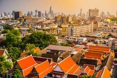 Vista aérea del monasterio de Bangkok y de edificios de oficinas modernos Imágenes de archivo libres de regalías
