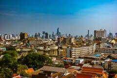 Vista aérea del monasterio de Bangkok y de edificios de oficinas modernos Imagen de archivo