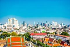 Vista aérea del monasterio de Bangkok y de edificios de oficinas modernos Fotografía de archivo