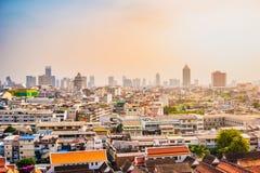 Vista aérea del monasterio de Bangkok y de edificios de oficinas modernos Fotos de archivo