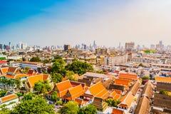 Vista aérea del monasterio de Bangkok y de edificios de oficinas modernos Fotografía de archivo libre de regalías