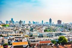 Vista aérea del monasterio de Bangkok y de edificios de oficinas modernos Imagen de archivo libre de regalías