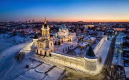 Vista aérea del monasterio de Vysotskiy en la oscuridad en Serpukhov Fotografía de archivo