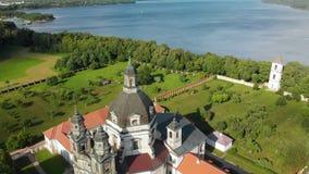 Vista aérea del monasterio y de la iglesia de Pazaislis el día de verano almacen de video