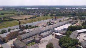 Vista aérea del muelle del astillero con las grúas y los carriles metrajes