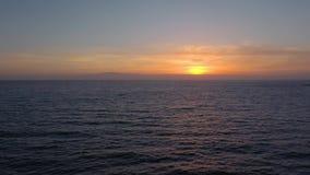 Vista aérea del Océano Atlántico en el fondo de una puesta del sol hermosa almacen de video