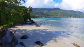Vista aérea del océano, de la playa y de montañas en la isla tropical, Seychelles 7 metrajes