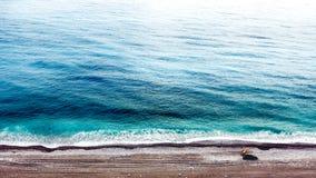Vista aérea del océano extenso y de un coche fotos de archivo