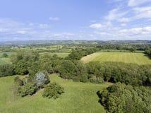 Vista aérea del país inglés, con las granjas, prados, bosque imagenes de archivo