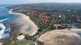 Vista aérea del paisaje costero imponente en Bali, Indonesia Imágenes de archivo libres de regalías