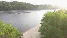 Vista aérea del paisaje hermoso sobre el río de Dnipro en Ucrania, Kiev Árboles verdes, río ancho, y puente almacen de video