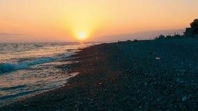 Vista aérea del paisaje del mar con una puesta del sol anaranjada metrajes