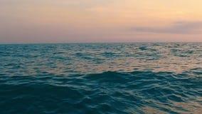 Vista aérea del paisaje del mar con una puesta del sol anaranjada almacen de metraje de vídeo