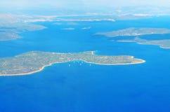 Vista aérea del paisaje marino croata, de la isla y del mar adriático arriba Foto de archivo