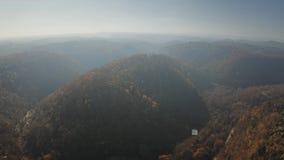 Vista aérea del paisaje montañoso brumoso hermoso cerca de Calcata Lazio, Italia almacen de video