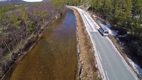 Vista aérea del paisaje noruego con el río en bosque el día soleado metrajes