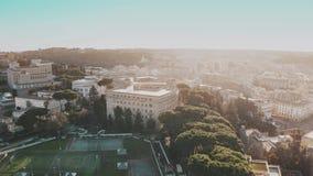 Vista aérea del paisaje urbano del centro de Roma cerca de la Ciudad del Vaticano por la tarde, Italia almacen de video