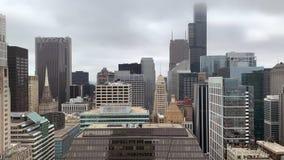 Vista aérea del paisaje urbano de Chicago de rascacielos en un día de niebla