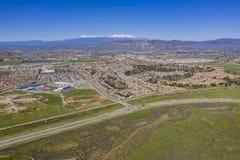 Vista aérea del paisaje urbano de Hemet y del flor de la flor salvaje foto de archivo