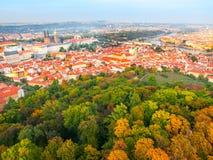 Vista aérea del paisaje urbano de Praga con el castillo, el río de Lesser Town y de Moldava de la colina de Petrin el día soleado Fotografía de archivo libre de regalías