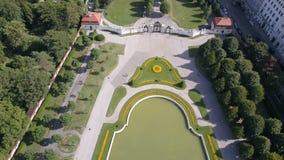 Vista aérea del palacio del belvedere en Viena, Austria almacen de video