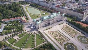 Vista aérea del palacio del belvedere en Viena vena Wien, Austria almacen de metraje de vídeo