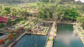 Vista aérea del palacio hindú Tirta Gangga del agua del Balinese en la isla de Bali, Indonesia Agua real aérea de Tirta Gangga de almacen de metraje de vídeo