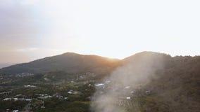 Vista aérea del panorama aéreo 4k del paisaje de la isla de la ciudad de phuket del día soleado almacen de metraje de vídeo