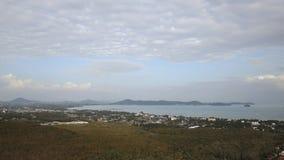Vista aérea del panorama aéreo 4k del paisaje de la isla de la ciudad de phuket del día soleado almacen de video