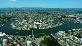 Vista aérea del paraíso Gold Coast Australia de las personas que practica surf almacen de metraje de vídeo