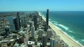Vista aérea del paraíso Gold Coast Australia de las personas que practica surf almacen de video