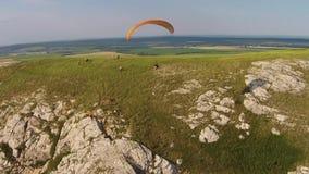 Vista aérea del paragliding cerca de la montaña Toratau solitario almacen de video
