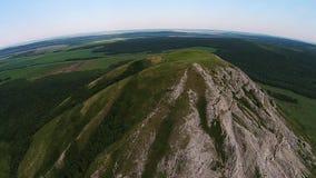 Vista aérea del paragliding cerca de la montaña Toratau solitario almacen de metraje de vídeo