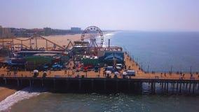 Vista aérea del parque de atracciones del embarcadero de Santa Monica cerca de la playa de Venecia almacen de video