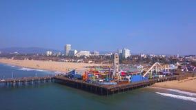 Vista aérea del parque de atracciones del embarcadero de Santa Monica cerca de la playa de Venecia metrajes