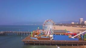 Vista aérea del parque de atracciones del embarcadero de Santa Monica cerca de la playa de Venecia almacen de metraje de vídeo