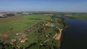 Vista aérea del parque ecológico en la ciudad de Sertãozinho, Sao Paulo, el Brasil almacen de metraje de vídeo