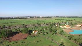 Vista aérea del parque ecológico en la ciudad de Sertãozinho, Sao Paulo, el Brasil metrajes