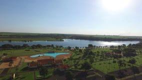 Vista aérea del parque ecológico en la ciudad de Sertãozinho, Sao Paulo, el Brasil almacen de video