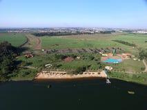 Vista aérea del parque ecológico en la ciudad de Sertaozinho, Sao Paulo, el Brasil imagen de archivo