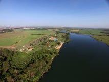 Vista aérea del parque ecológico en la ciudad de Sertaozinho, Sao Paulo, el Brasil fotos de archivo