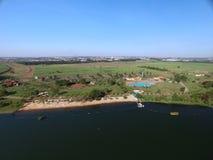 Vista aérea del parque ecológico en la ciudad de Sertaozinho, Sao Paulo, el Brasil imagenes de archivo